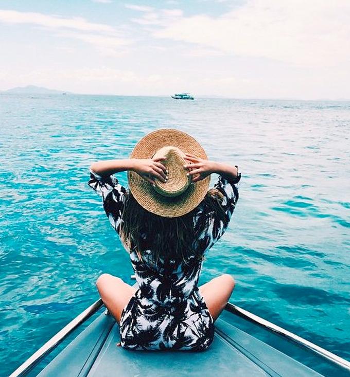 mulher no barco em alto mar