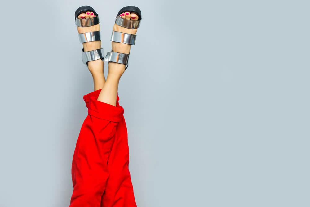 Mulher com sapato metalizado