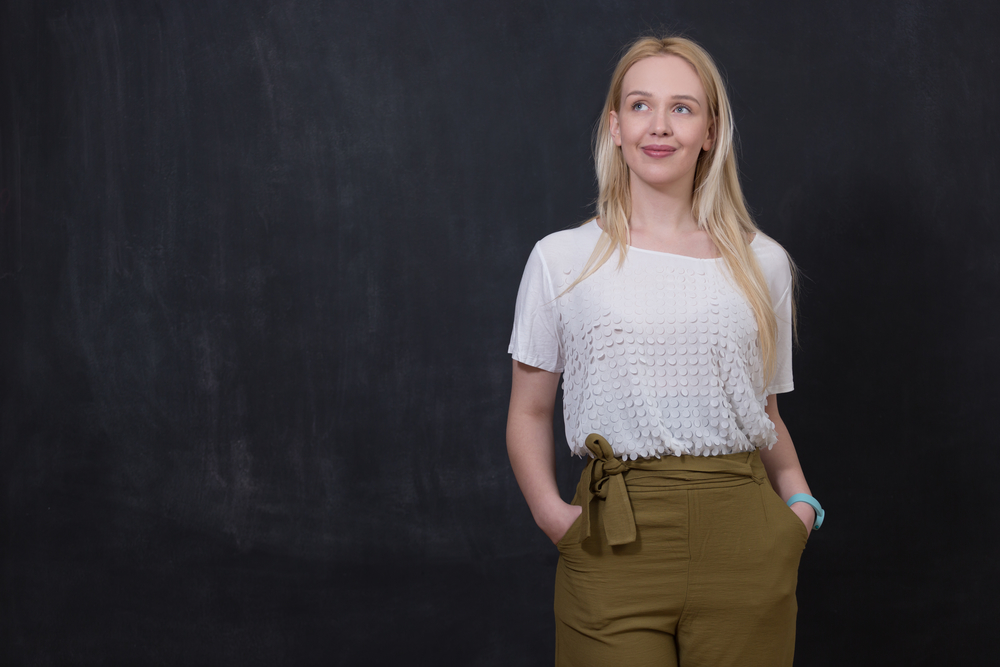 Mulher com renda e blusa transparente