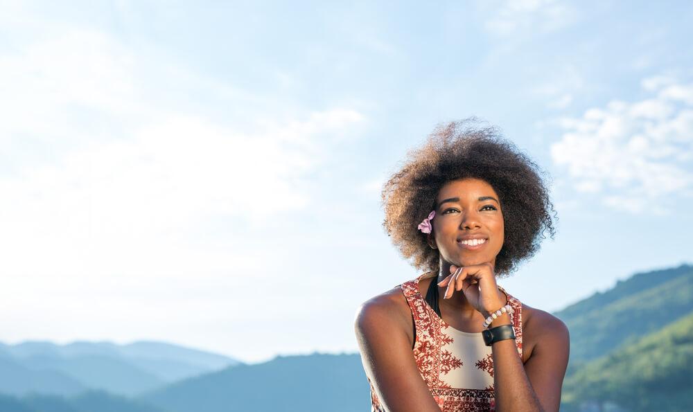 mulher negra no sol
