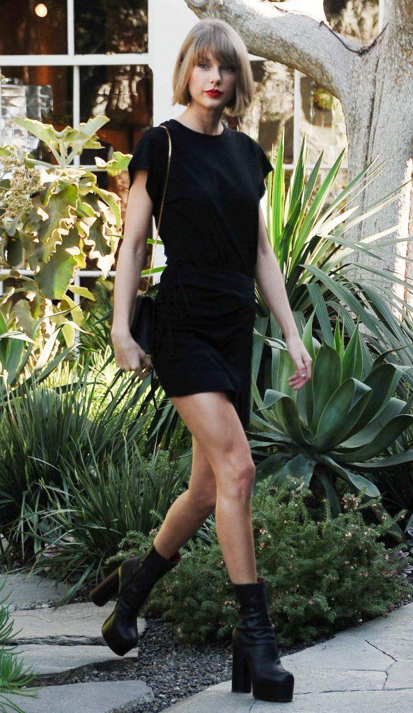 Bota cano curto preta como as celebridades gostam de usar