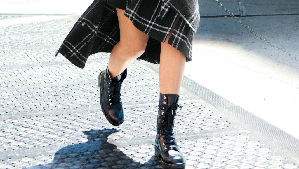 Bota coturno feminina estilo militar com pegada trendy