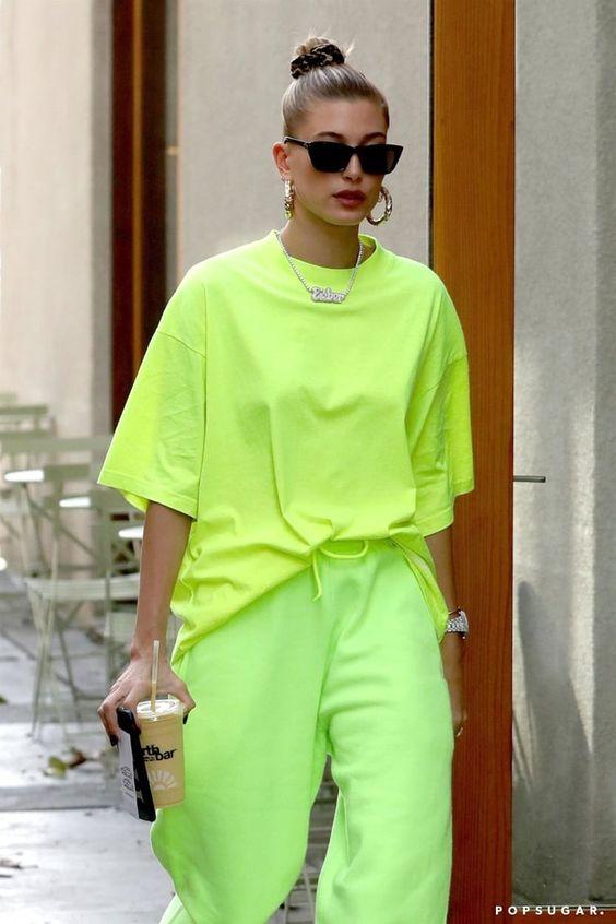 Look verao aposte no neon e volte aos anos 80 com estilo