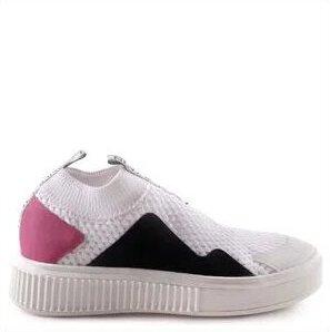 Tênis branco com detalhes rosa e preto.