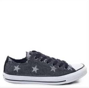 Tênis jeans com estampa de estrelas, com solado branco.