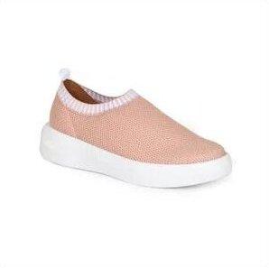 Tênis rosa, com solado branco.
