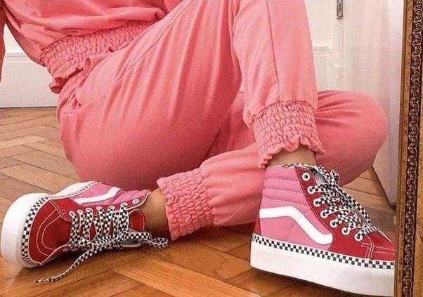 Moça com look rosa e tênis cano alto