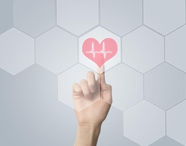 Painel tecnológico com um coração.