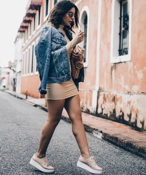 Mulher com vestido e tênis flatform