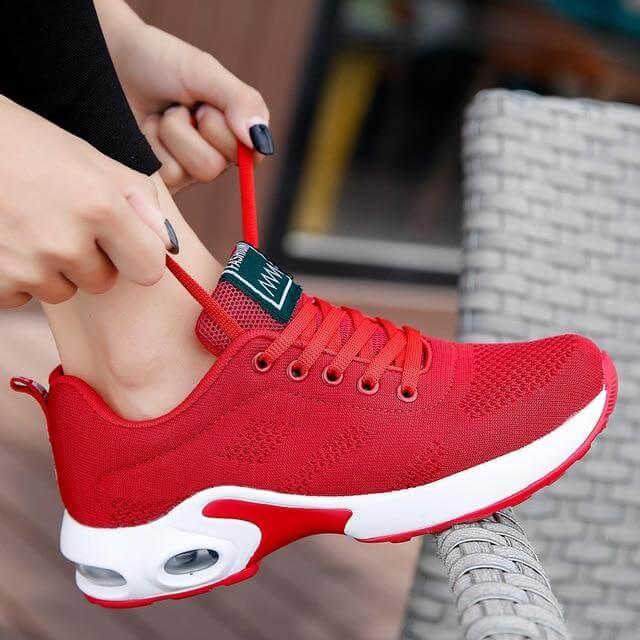 Tênis vermelho com sola branca