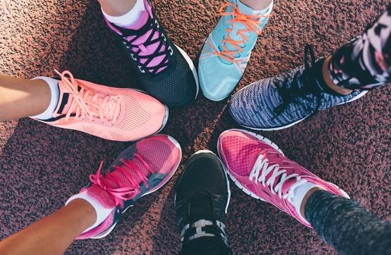 Diversos tênis coloridos