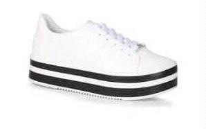 Tênis branco, com solado branco com listras horizontais pretas.