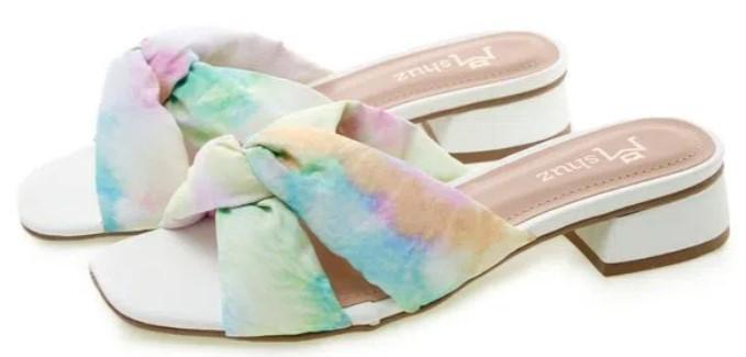 rasteira tamanco, tiras em tecido com estampa tie dye.
