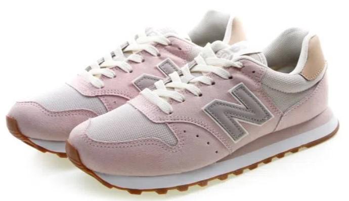 Tênis rosa pastel, com detalhes em tons bege e cinza.