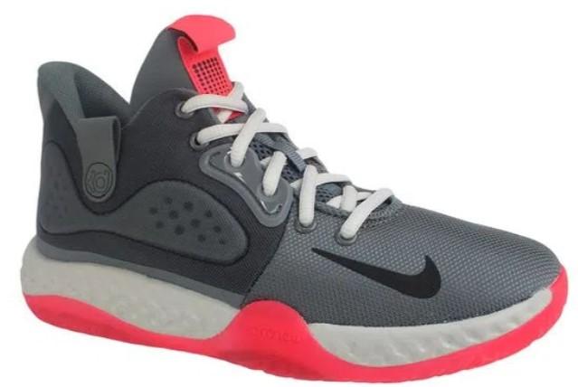 Tênis cinza, com solado e detalhes vermelhos.