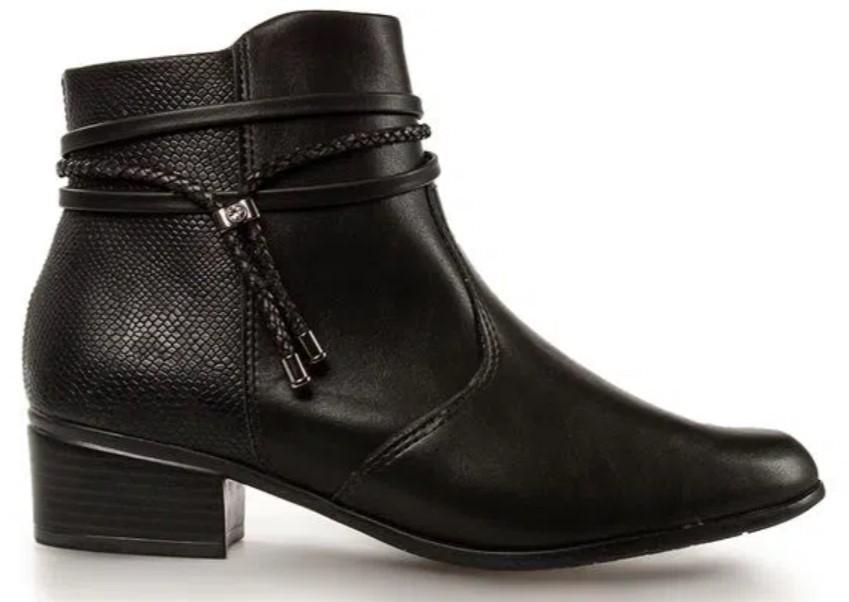 Looks coringas com botas preta de cano curto e salto baixo.