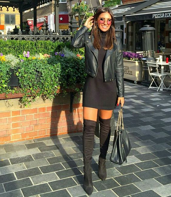 Mulher com jaqueta de couro e bota  over the knee.