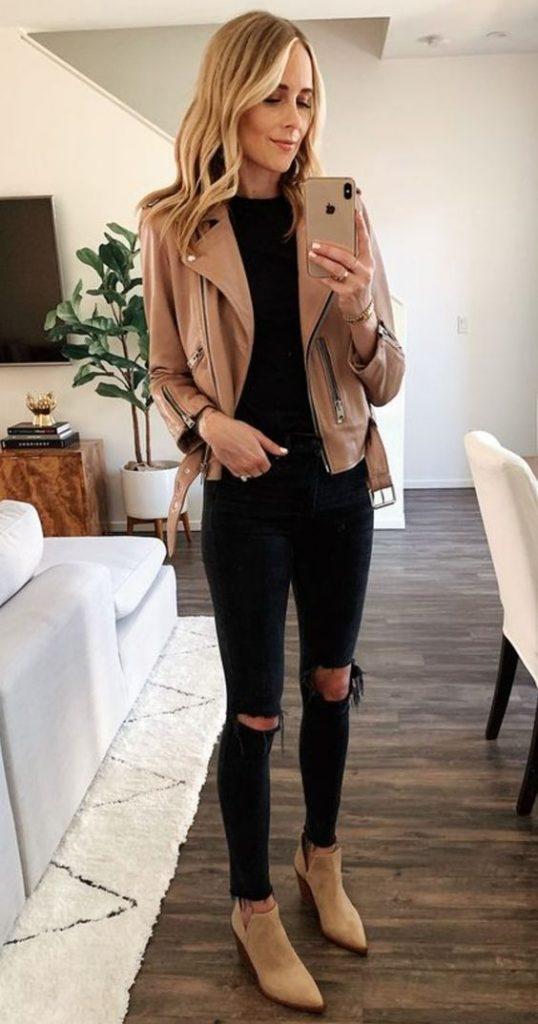 Mulher com jaqueta jeans e bota, cor caramelo.