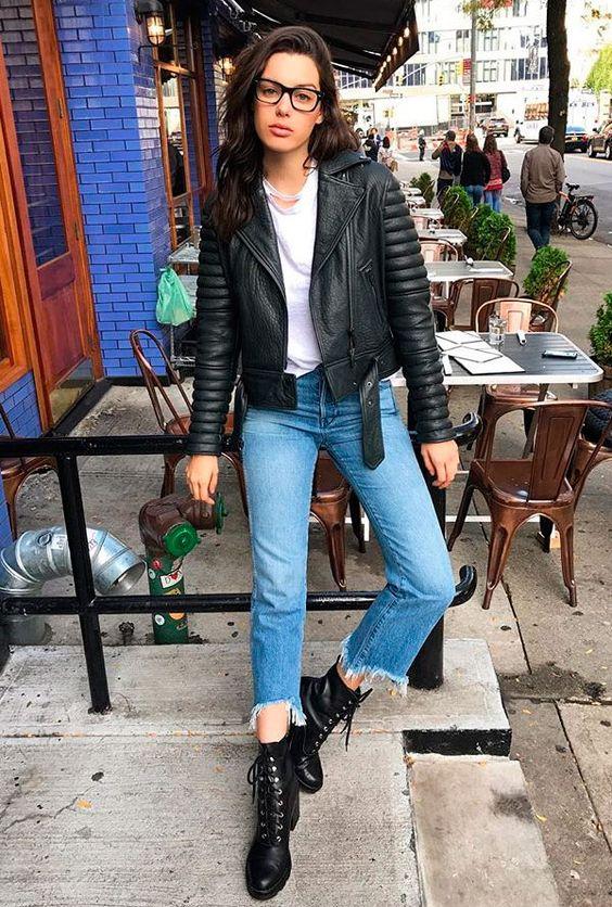 Looks coringas com jaqueta de couro, peças jeans e bota.