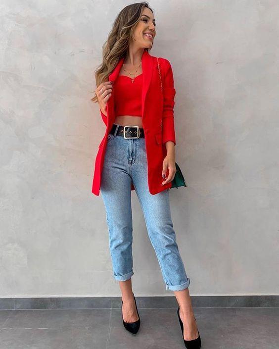 Mulher com Maxi Blazer vermelho, calça jeans e salto alto preto