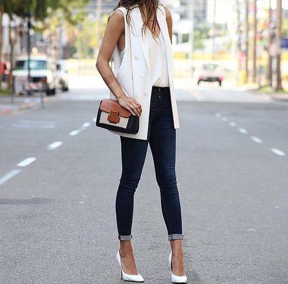 Mulher na rua com blazer Maxi colete branco, calça jeans e salto alto branco