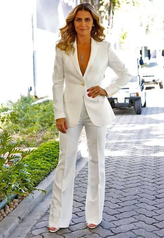 Giovanna Antonelli com terno branco e sandália de salto, cor branca.