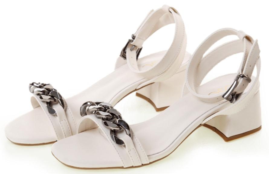 Sandália de salto, cor branca.