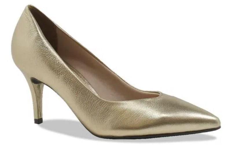 Salto alto fino, bico fino, na cor dourada.