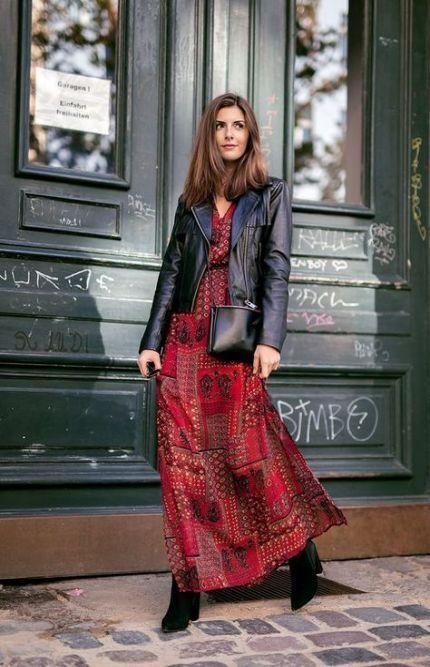 Looks coringas com vestido longo, jaqueta de couro e bota.