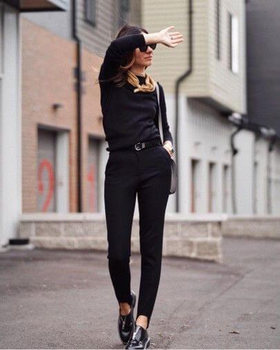 Mulher com look todo preto e Oxford preto verniz