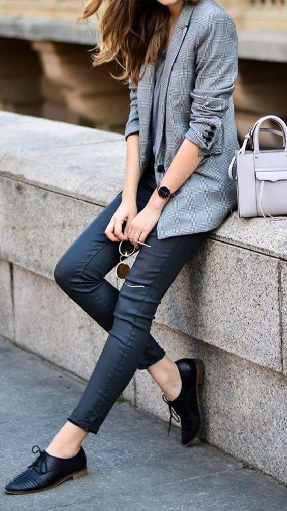 Mulher com blazer xadrez, calça preta e Oxford preto