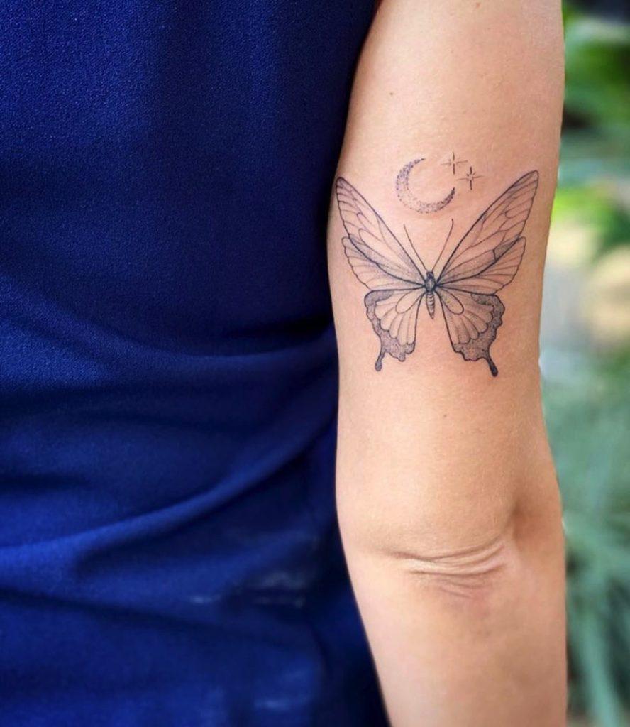 tatuagem borboleta e lua no braço