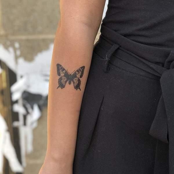 Tatuagem de bordoleta no braço