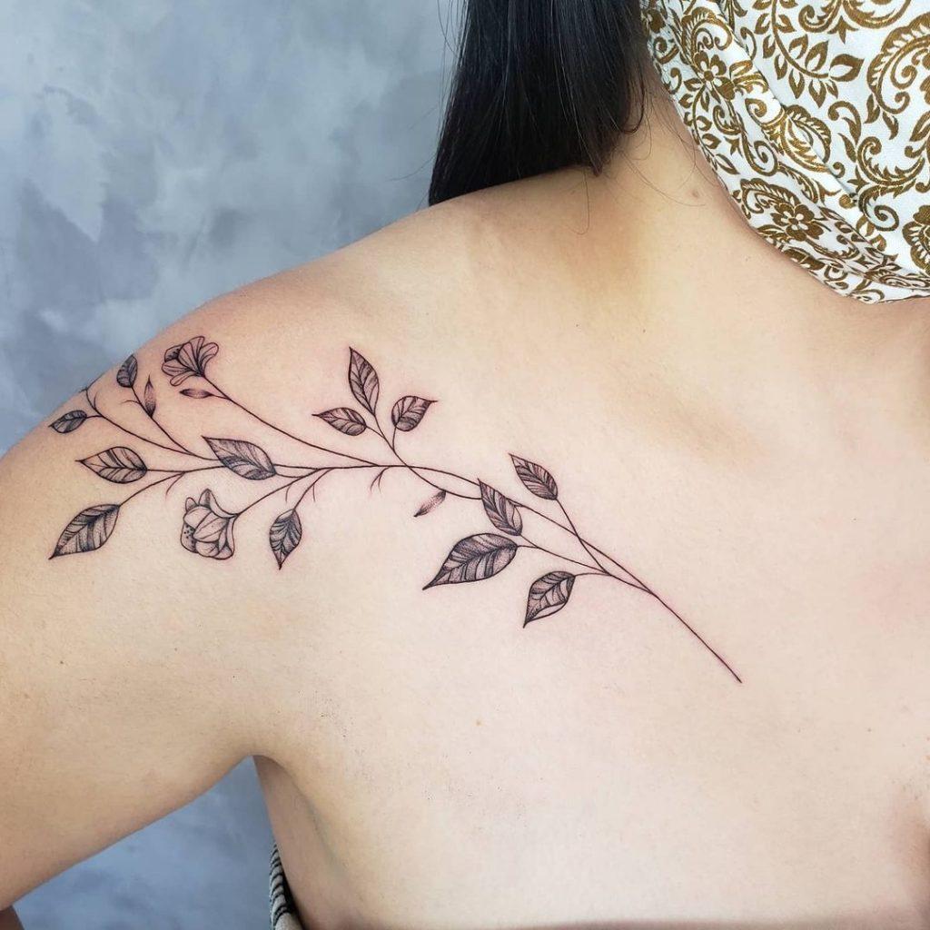 tatuagem de ramo no ombro