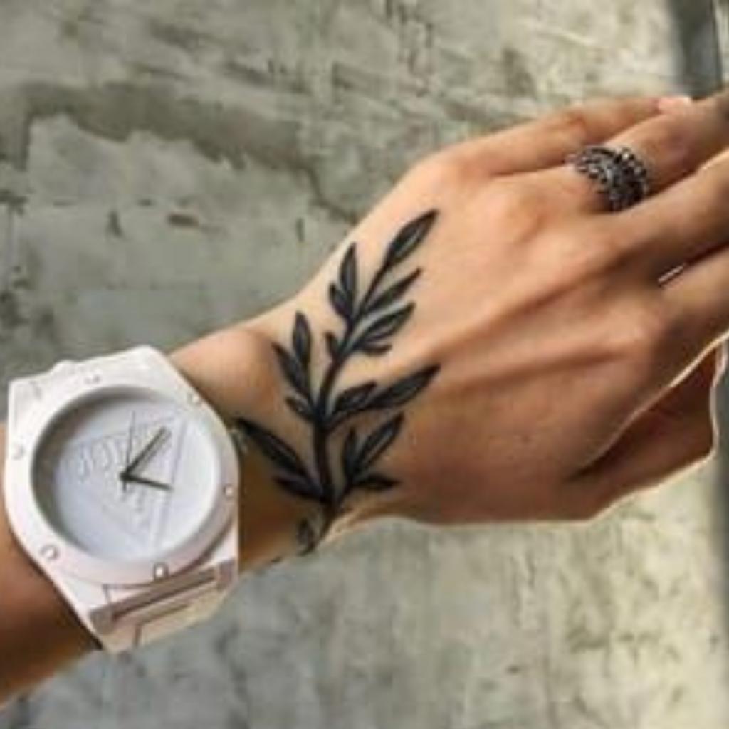 tatuagem de ramo na mão