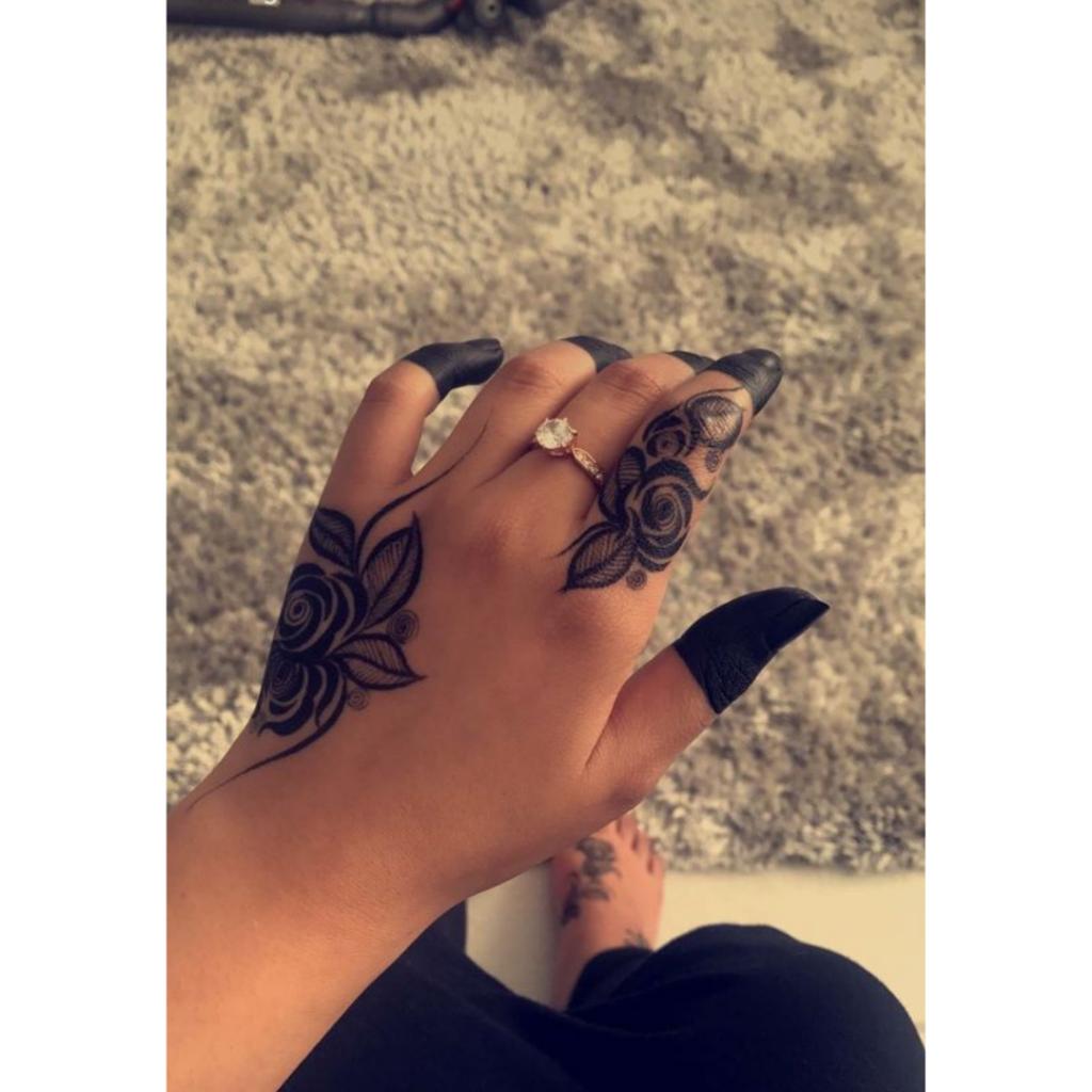 tatuagem de flor na mão