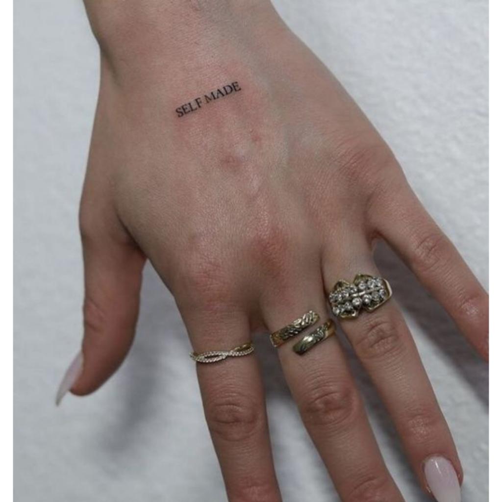 tatuagem escrita na mão