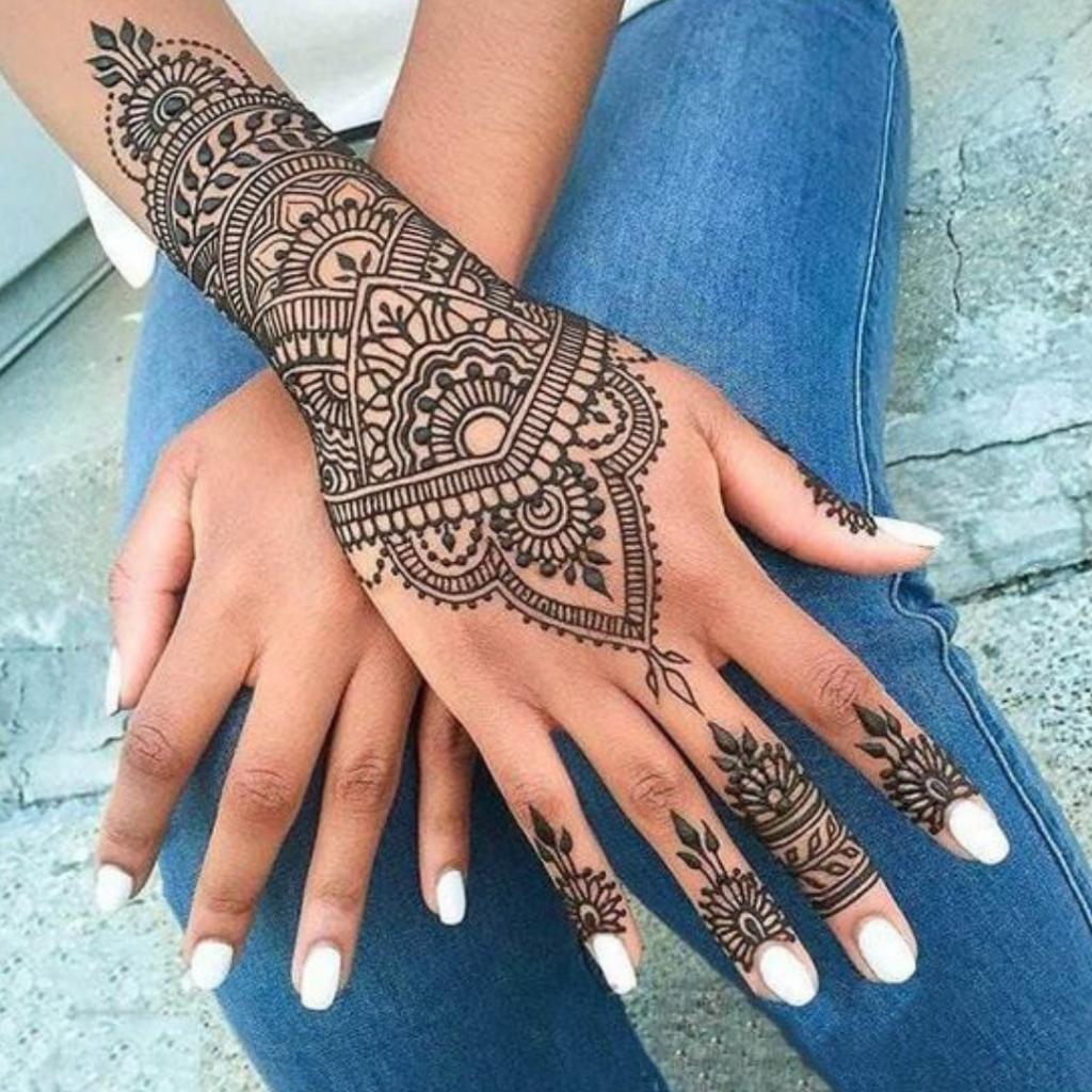 tatuagem indiana na mão