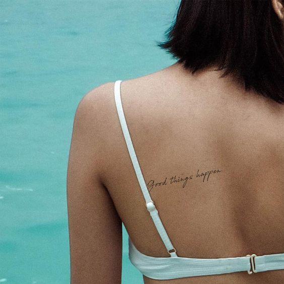 Tatuagem escrita nas costas