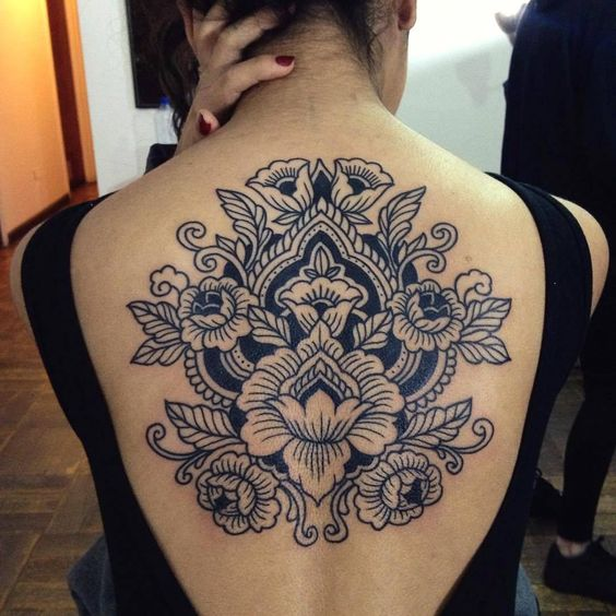 mandala-com-flores-nas-costas