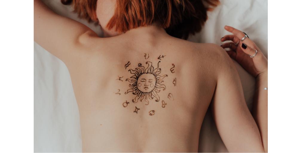 mulher com tatuagem de sol nas costas